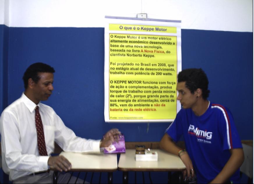 Prof. Euripes Alves explicando ao aluno Vinício Soares o funcionamento do Kit didático do Keppe Motor - 2011